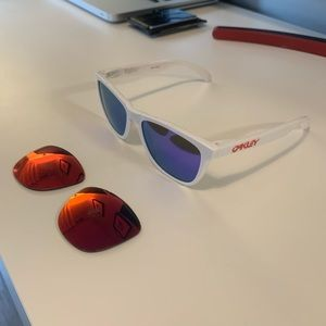 Oakley Frogskins. Polarized. Comes with two lens.